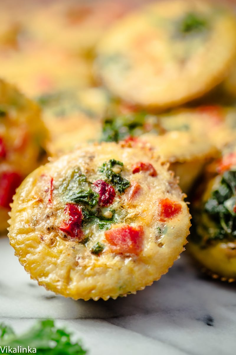 Healthy breakfast that also tastes delicious! These healthy frittatas are packed with flavour and nutrients that will easily keep you full till lunch!