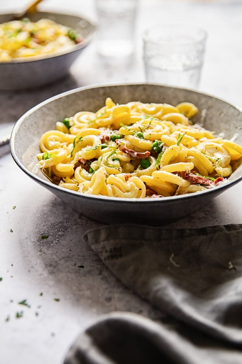 Creamy Pasta with Pancetta and Peas #cheesypasta #creamypasta