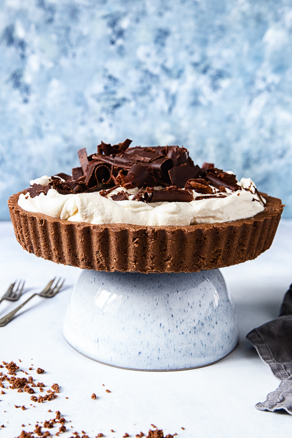 Banoffee Pie on blue cake stand