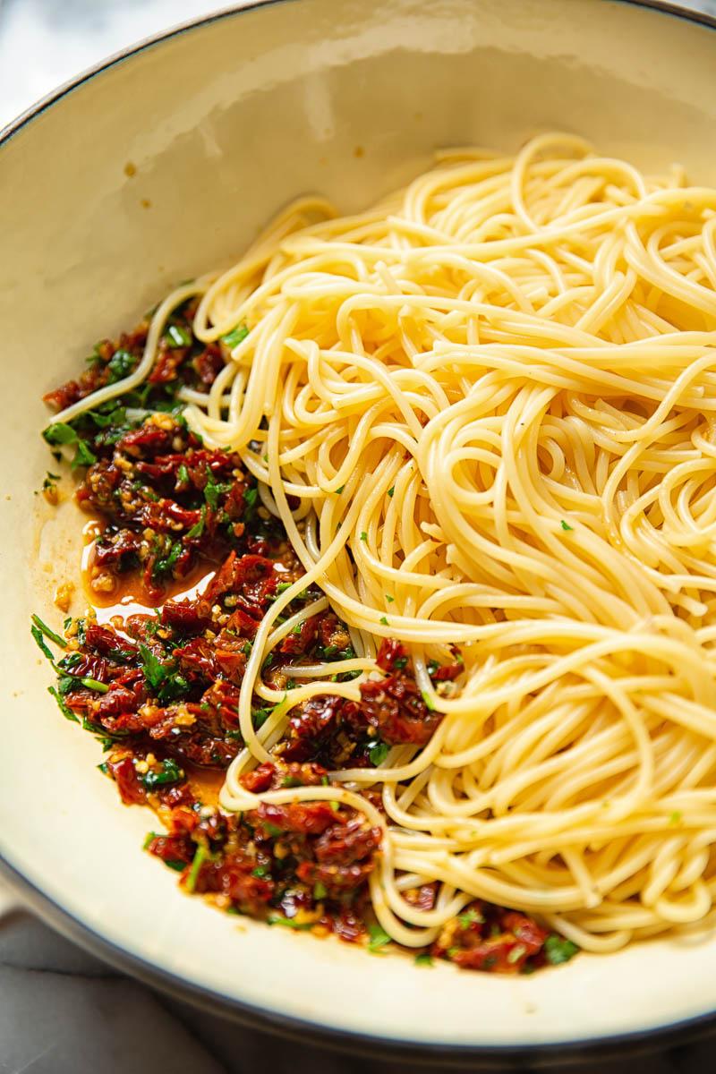 Sun-dried tomato sauce with spaghetti