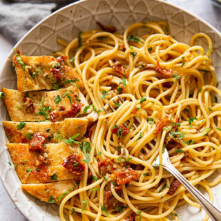 Spaghetti with sun-dried tomatoes and chicken breast