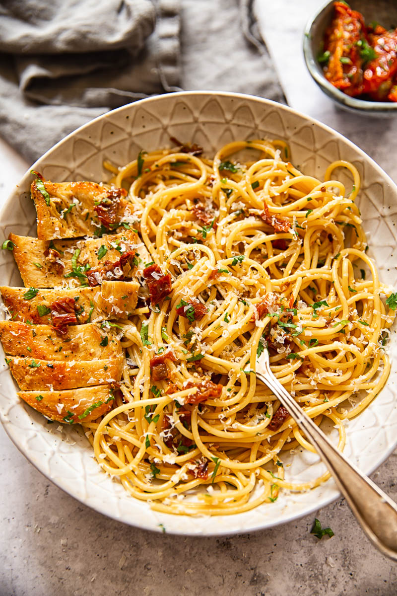 Sun-dried pasta with sliced chicken breast, sprinkled with Parmesan cheese.