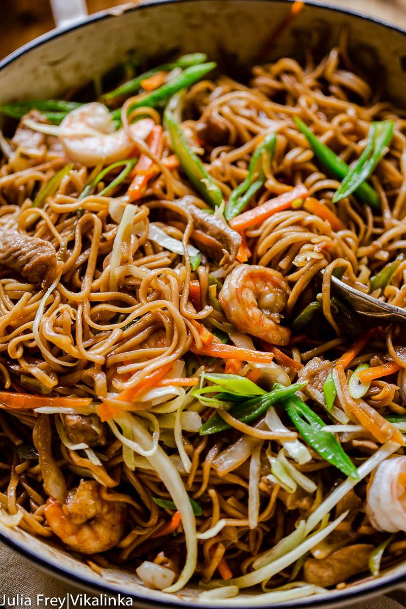 stir fry noodles with green beans, carrots, pork and shrimp